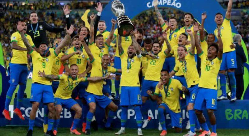 seleção brasileira levantando taça da copa mundial